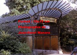 ReproductionPhotographie D'une Vue De Côté De L'entrée De Métro Guimard Porte Dauphine à Paris En 1969 - Reproductions