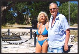 Pretty Bikini Woman Big Tits And Man On Beach Old Photo 15x10 Cm #31045 - Anonyme Personen