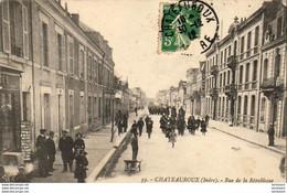 D36  CHATEAUROUX  Rue De La République  .............  Marchand De Cartes Postales à Gauche Et Musique Militaire - Chateauroux