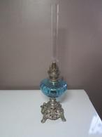 Ancienne Lampe A Pétrole Unis France Paris Réservoir En Verre Bleu, Pied Floral, Haut  49 Cm Poids 1010 Grammes - Luminaires