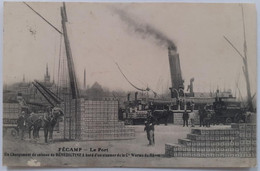 """CPA """"Fécamp - Le Port - Un Chargement De Caisses De Bénédictine à Bord D'un Steamer De La Cie Worms Du Hâvre"""" - Fécamp"""