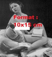 Reproduction Photographie Ancienne D'une Jeune Femme Nue Dans Des Coussins Avec Un Livreen 1935 - Reproductions