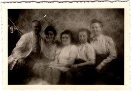 Photo Originale Médecin Et Son étrange Famille à L'effet Flouté Vers 1930/40 - 3 Filles, Triplettes Ou Pas ! - Persone Anonimi