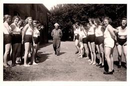 Photo Originale Guerre 1939/45 - Jeunes Femmes Allemandes & BDM (Bund Deutscher Mädel) Au Sport En Short 1930/40 - Krieg, Militär