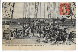 CPA 17 26 ROCHEFORT DEUX COMPAGNIES SUR LE PONT MARTRON LL    TBE - Rochefort