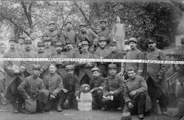 1914 / CARTE PHOTO / 69e RI ( ESSSEY LES NANCY ) / 69e REGIMENT D'INFANTERIE / CHIEN / POILUS - Guerra, Militares