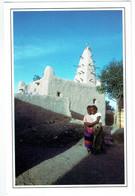 Mali - Koulikoro - Sans Légende - 2 Fillettes Devant La Mosquée - Mali