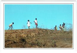 Mali - Koulikoro - Sans Légende - Enfants Jouant Sur Un Mur - Mali