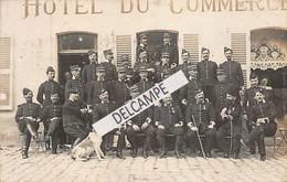 02 - SISSONNE -Carte Photo Officiers De La 8ème Compagnie De La Caserne D'Amiens En Exercice Devant L'Hôtel Du Commerce - Sissonne