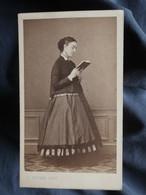 Photo CDV  Coutem à Vichy  Jeune Femme Lisant Un Livre (profil)  Sec. Empire  CA 1865 - L544A - Antiche (ante 1900)