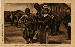 CPA AK Balkan Typen. Typische Art Des Kindertragens MACEDONIA SERBIA (709358) - Macedonia