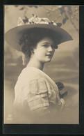AK Junge Dame Mit Herrlichem Hut - Fashion