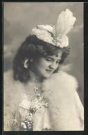 AK Junge Frau Mit Weisser Pelzboa Und Prächtigem Hut - Fashion