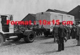 Reproduction Photographie Ancienne D'un Camion Accrochantun Wagon Container Willeme-Coder Chemins De Fer P.L.M En 1935 - Reproductions