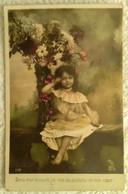 CPA Enfant Fillette S Coiffée Et Habillée En Femme Devant Un Bouquet De Fleurs Géant - Pretty Girl - Photo - Portraits