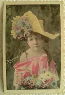 CPA Enfant Fillette Coiffée Avec Un Grand Chapeau Et Habillée En Femme - Pretty Girl - Photo - Portraits