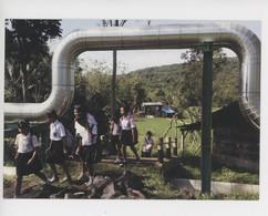 Indonésie 2011, Tondangow Ile De Sulawesi - 2lèves Passent Sous Tuyaux Forage Géothermique - Jean Gaumy Photographe - Indonesia