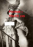 Reproduction Photographie Ancienne D'une Danseuse Poitrine Nue En Oiseau Aux Folies Bergères En 1932 - Reproductions