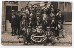 CARTE PHOTO MILITAIRE : CONSCRITS AVANT UN CONSEIL DE REVISION - COURONNE DE FLEURS AVEC CLASSE 1910 - TAMBOUR - - Personen