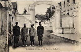 CPA Phnom Penh Kambodscha, Groupe De Gardiens Du Palais - China