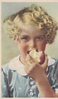 Fillette Mangeant Une Pomme - Portraits