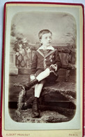 Photographie CDV Enfant - Jeune Garçon Assis Dans Décor De Jardin - Médaille Sur La Veste - Photo Prouzet à Paris - BE - Alte (vor 1900)