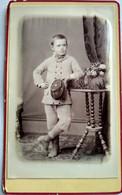 Photographie CDV Enfant - Jeune Garçon Debout Casquette D'écolier à La Main - Dos Muet - TBE - Alte (vor 1900)
