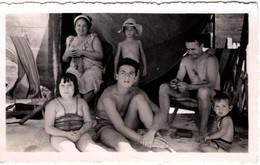 Photo Originale Couple De Parents Et Leurs 4 Enfants à La Plage En 1950 à L'Ombre D'un Voile. - Anonymous Persons