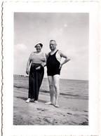 Photo Originale Couple à La Plage Entre Maillot Homme Et Marinière En 1939 - Voir Légende Dos - Anonymous Persons