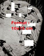 Reproduction Photographie Ancienne De Danseuses Des Folies Bergères Poitrine Nue Allongées Sur Scène En 1932 - Reproductions