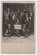 CARTE PHOTO MILITAIRE : CONSCRITS AVANT UN CONSEIL DE REVISION - COCARDE A LA BOUTONNIERE CLASSE 1919 - CLAIRON - - Personen