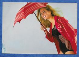 CPM PIN UP Mode Body à Résille Dissimulé Sous Un Parapluie Et Un Ciré Imperméable - Non Voyagée - Imp Italie - Pin-Ups