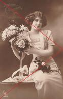 Ansichtskarte Motiv Geburtstag Frau Mit Blumenstrauß Feldpost WK 1 1915 Von Köln Poll - Verjaardag