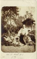 Carte Photo Jeune Garçon Dans Un Jardin En Arrière Plan Chateau à Situer   RV - Fotografia