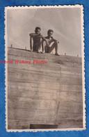 Photo Ancienne Snapshot - SAINTE ANNE LA PALUD - Portrait De 2 Garçons - 1949 - Homme Garçon Torse Nu Maillot De Bain - Persone Anonimi