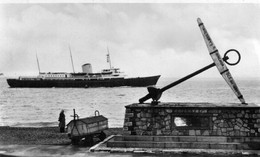 ROYAL YACHT BRITANNIA OLD R/P POSTCARD LEE ON SOLENT DEC 1954 - JAN 1955 IN INK ON BACK - Passagiersschepen