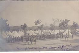CAMP DE GER: N.TROUVEE CARTE-PHOTO ARGENTIQUE DE 1906.LA REVUE PAR LE GENERAL.1er REGIMENT HUSSARDS. UN PEU SOMBRE. - Otros Municipios
