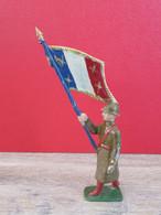 PLOMB CREUX BF - SOLDAT FRANCAIS QUI PORTE LE DRAPEAU FRANCAIS FACE AU COMBATS - TRES BEL ETAT - Soldados De Plomo