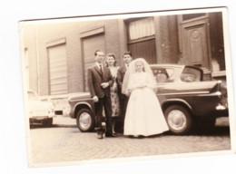 Photo Carte ( Grand Modèle ) D'une Communiante Devant Une Voiture Ford ANGLIA - Oldtimer, Automobile - +/- 1960 (b247) - Passenger Cars