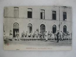 MILITARIA - DOMFRONT - 104ème D'infanterie à L'exercice (très Animée) - Caserme