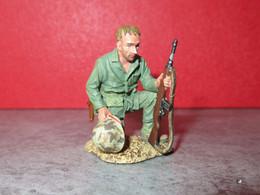 FIGURINE / SOLDAT - KING & COUNTRY SANS BOITE - USMC033 LA PRIERE DU GI'S POUR SON CAMARADE MORT AU CHAMP D HONNEUR - Soldados De Plomo