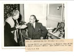 Photo De Théâtre Edouard VII / Sujet Rare / Les Souffleuses : Me Désie (ou Désir ?) Et André Duguet / Années 1940 - Beroemde Personen