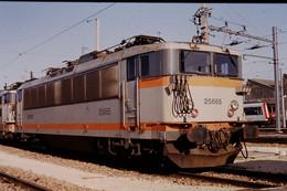 Photo Diapo Diapositive Slide Train Locomotive Electrique SNCF BB 25665 à VSG Le 17/11/1993 VOIR ZOOM - Diapositives (slides)