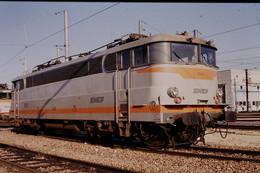 Photo Diapo Diapositive Slide Train Locomotive Electrique SNCF BB 25216 à VSG Le 17/11/1993 VOIR ZOOM - Diapositives (slides)