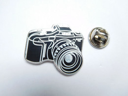 Superbe Pin's En Zamac , Photographie , Photo ,  Minolta Dynax , Signé Sofrec - Fotografia