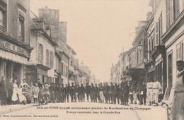 1911 - MANIFESTATIONS DES VIGNERONS - BAR SUR SEINE OCCUPEE MILITAIREMENT - TROUPE CANTONNEE DANS LA GRANDE RUE - TOP !! - Bar-sur-Seine