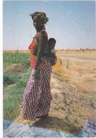 1238 FEMME AFRICAINE PRES DES PLANTATIONS, AVEC SON BEBE DANS SON DOS - HABIT TRADITIONNEL - Unclassified