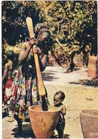 1239 FEMME AFRICAINE - PILAGE DU MIL AU VILLAGE - ENFANT CURIEUX - VETEMENTS TRADITIONNELS - Unclassified