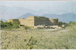 1243 AL HAZM - VUE GENERALE SUR LE FORT, PRISE DEPUIS UN COIN DE LA ROUTE D'ACCES - Oman
