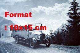 Reproduction D'une Photographie Ancienne De Passagers Dans Un Bus Saurer En Excursion En Montagne En 1930 - Altri